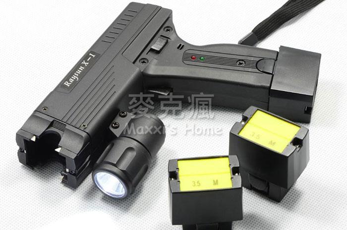 台灣專利製造 多功能射出式探針電擊槍(0.01秒瞬間癱瘓歹徒)企業主.董事長.保全特勤必備